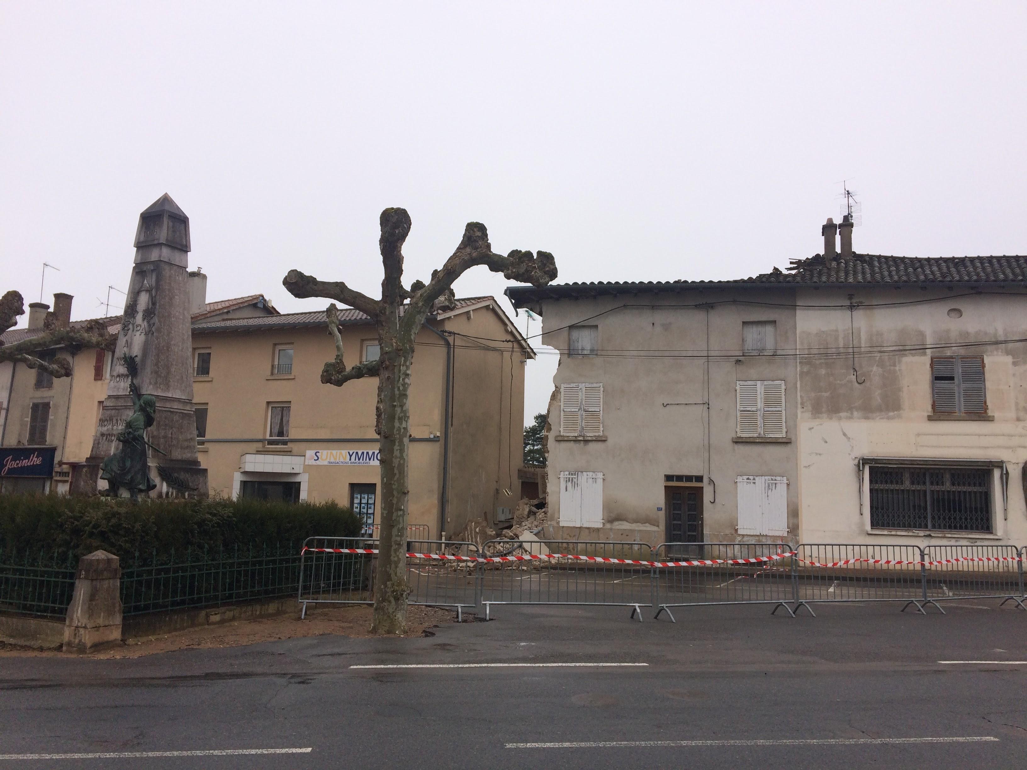 Effondrement d une maison sur la place de roman che - La maison de la place saignon ...